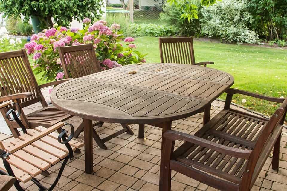 Jak zadbać o długowieczność drewnianych mebli ogrodowych?